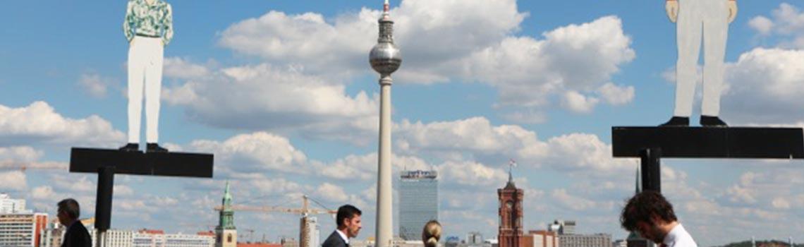 Blick auf den Fernsehturm und das Rote Rathaus in Berlin